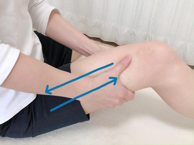 画像: 両手で太ももをつつむように持ちます。ひざ上から太ももの付け根に向かって、15回ほど手を滑らせます。その後、逆方向(太ももの付け根からひざ上)に15回ほど手を滑らせます。