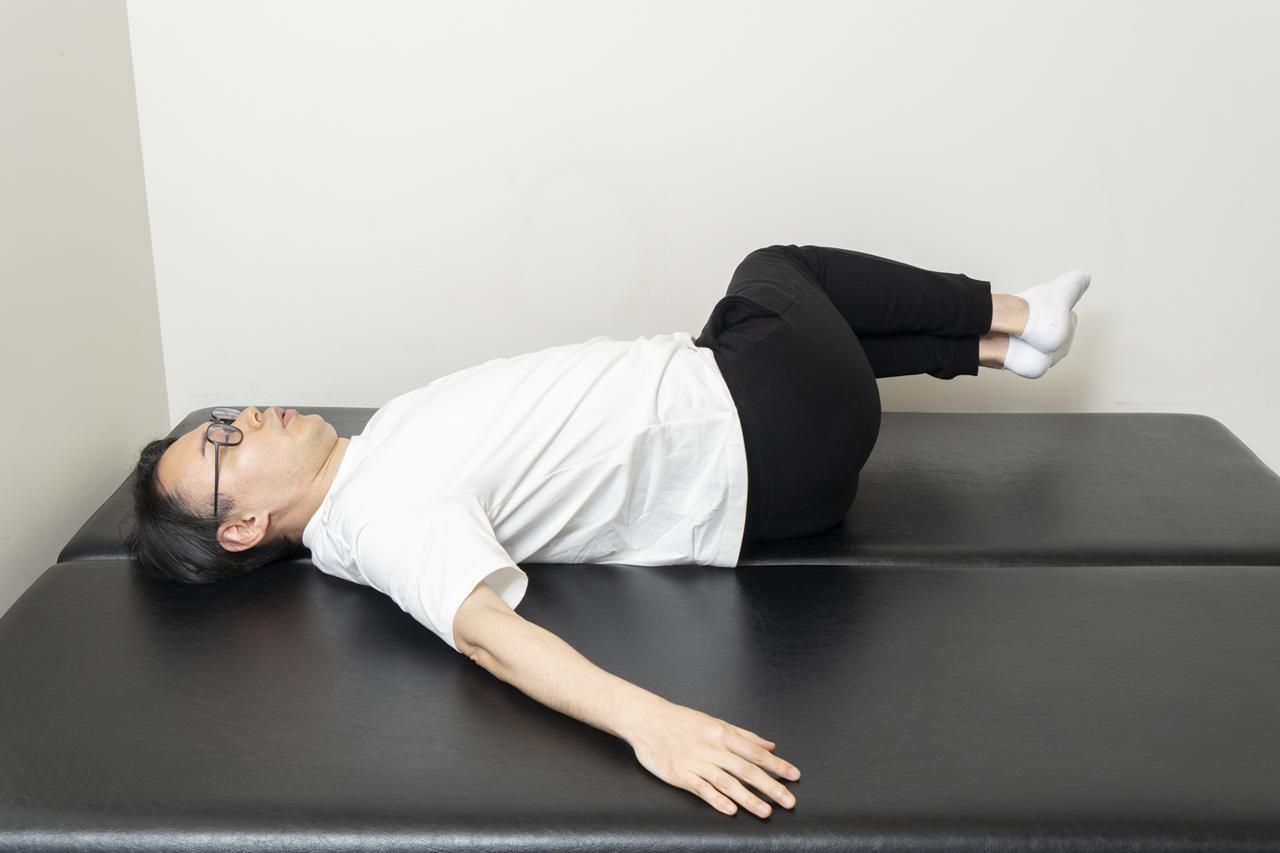 画像13: 【カンタン5分で腰痛改善】寝ながらストレッチでおやすみ前に体をリフレッシュ!
