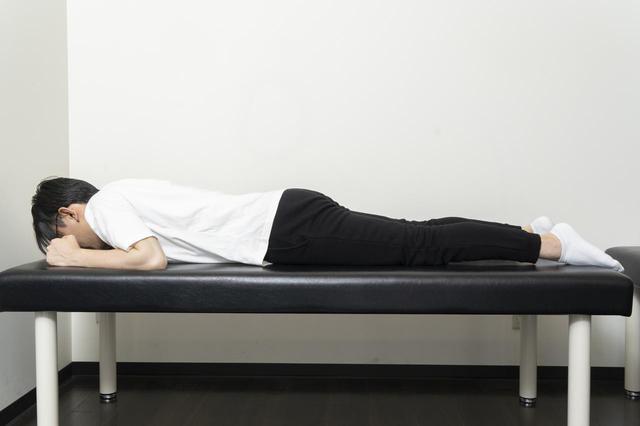 画像15: 【カンタン5分で腰痛改善】寝ながらストレッチでおやすみ前に体をリフレッシュ!