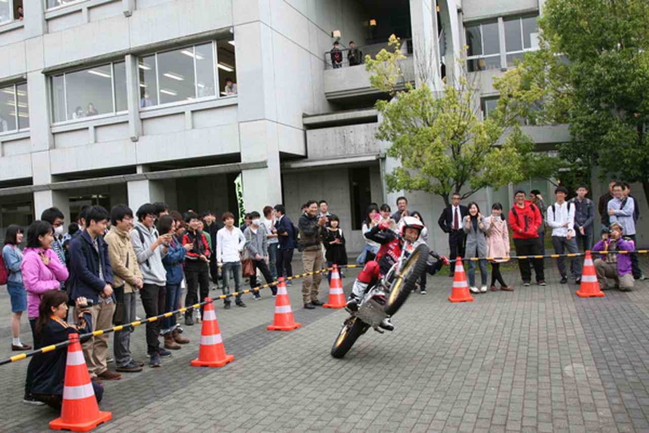 画像: 小川選手のデモは大勢の学生が注目。窓から身を乗り出す学生も