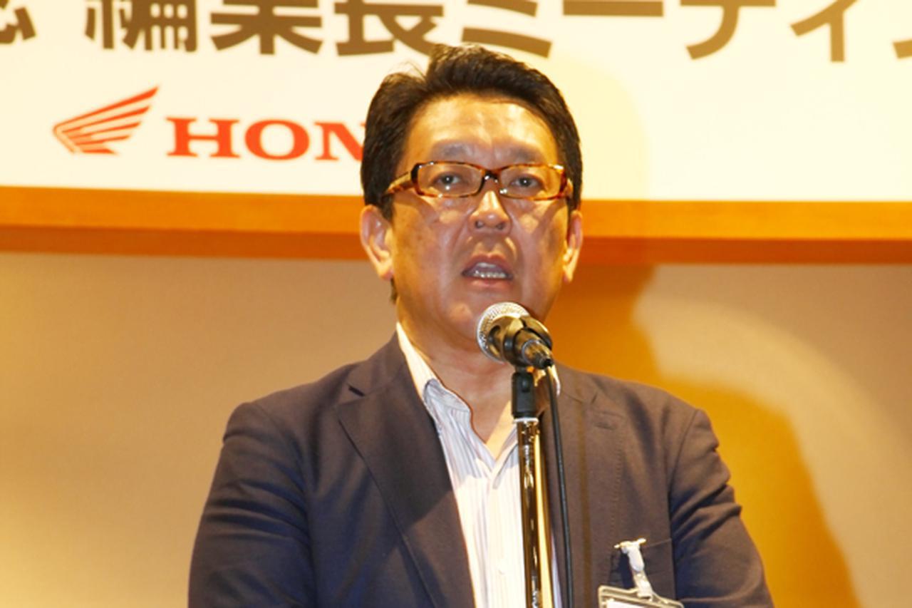 画像: 懇親会で挨拶する青山氏