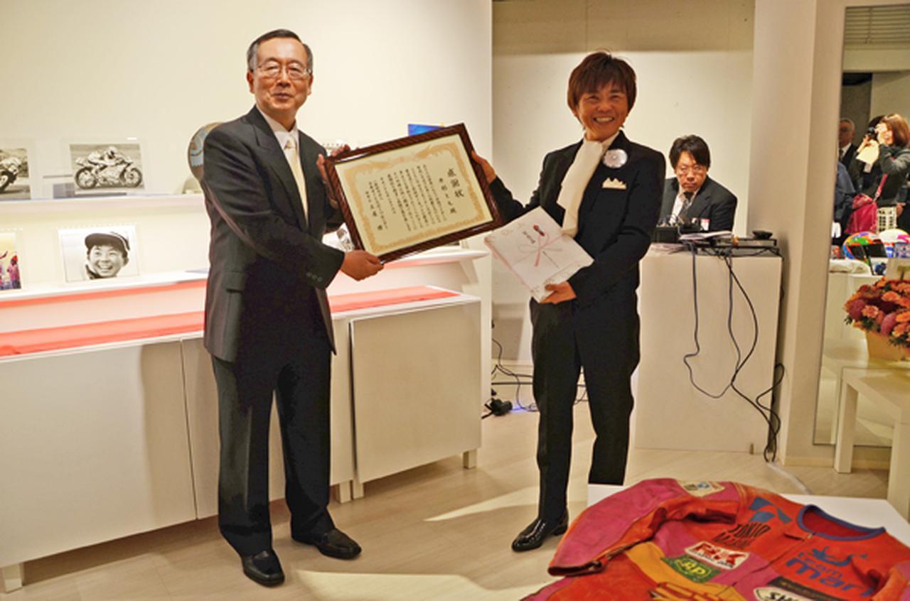 画像: 日本オートスポーツセンターの土屋理事長㊧からは感謝状が贈られた