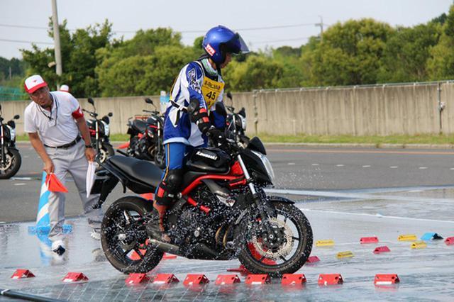 画像: 水が流れる低μ路をバランスを保ち通過する「悪路応用走行」(一般Aクラス)