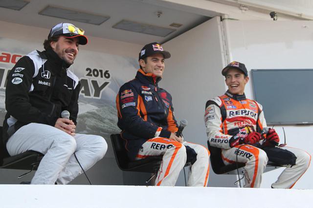 画像: トークショーで笑顔を見せる左よりアロンソ、ペドロサ、マルケスの各選手