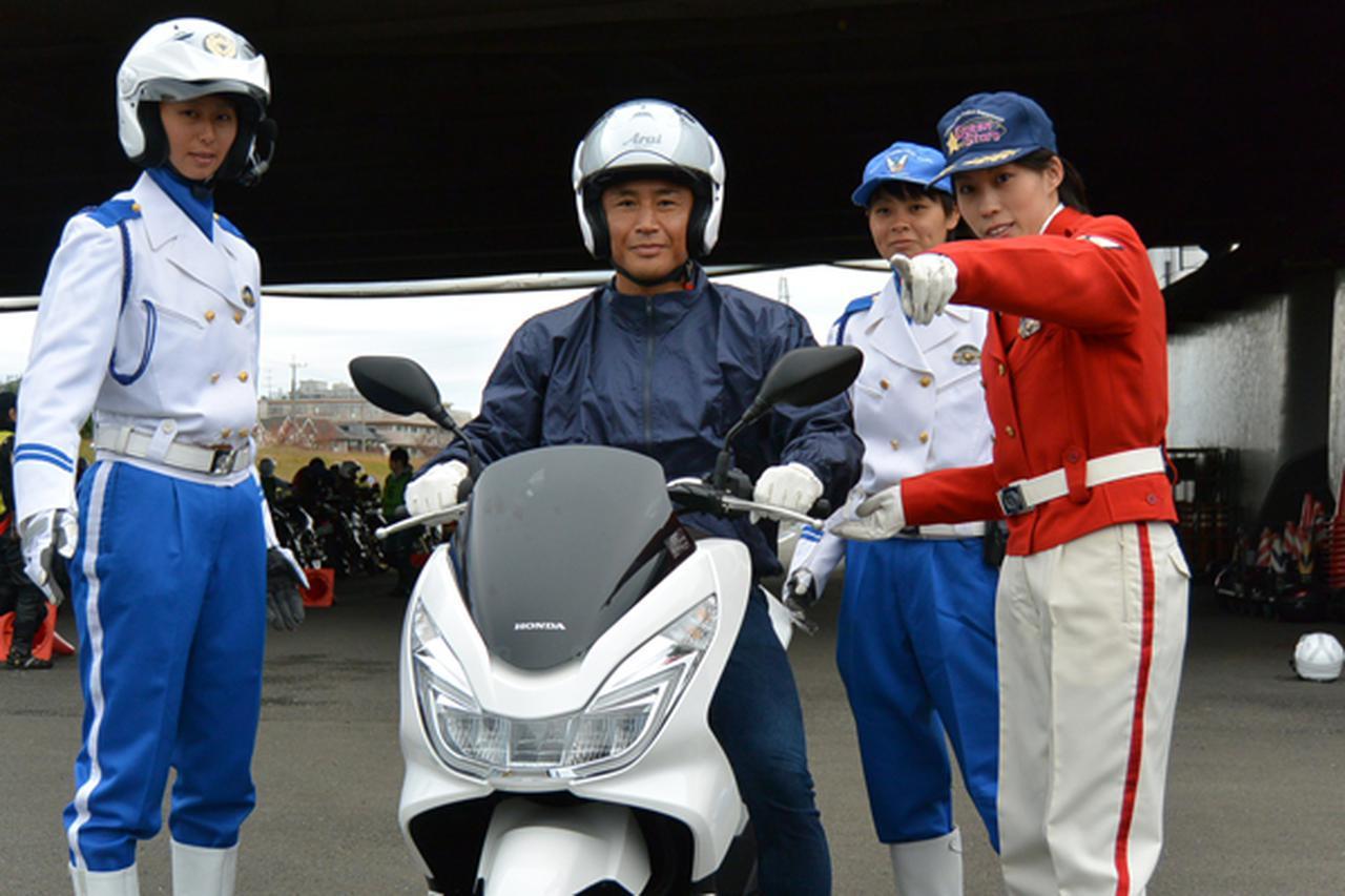 画像: トレーニングジムや買い物へはバイクを使う魔裟斗さん(左から2人目)。「安全運転で楽しいバイク人生を歩んでほしい」と訴えた
