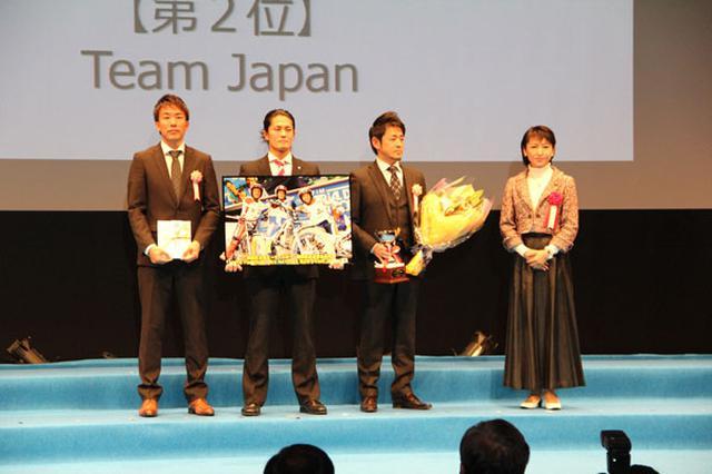 画像: 三原じゅん子議員(右)から議員連盟会長杯などを渡された左より小川友幸選手、黒山健一選手、小谷徹さん