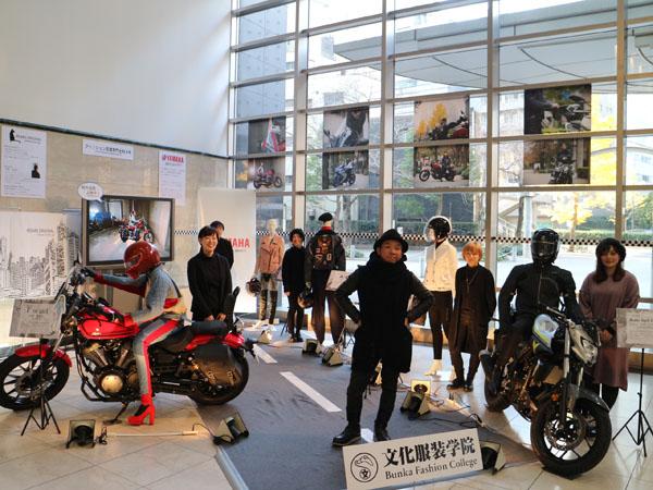 画像: ウェアを製作した5人の学生と高橋氏(中央)