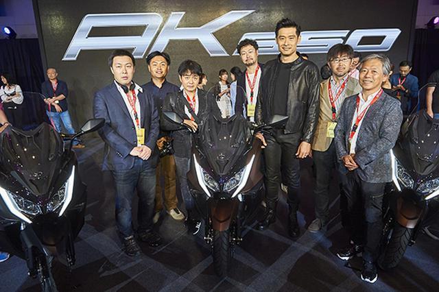 画像: コウ会長(右から3人目)と、日本から駆け付けた二輪車専門誌編集長ら