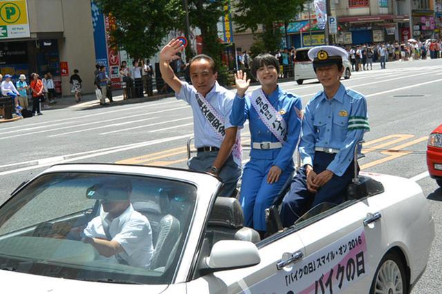 画像: オープンカーで参加した(左から)柳自工会二特委員長、水野裕子さん、阿武警視庁交通総務課長