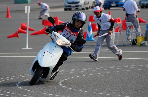 画像: 適切な傾斜角度でバランスを取り曲路を走る「コーナリング」(女性クラス)