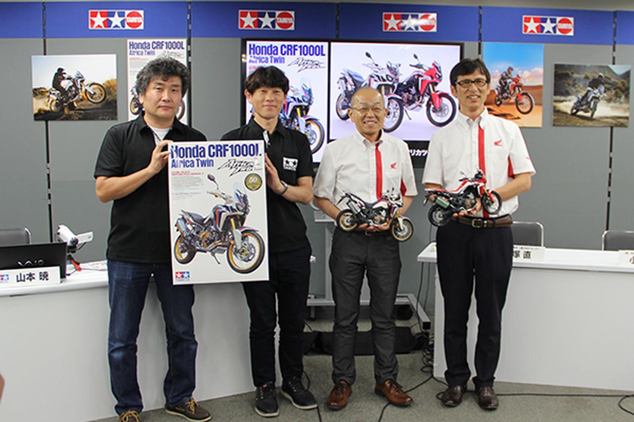 画像: 左よりタミヤの海野氏、古谷氏、完成したプラモデルを手に笑顔の本田技術研究所の飯塚氏、小松氏