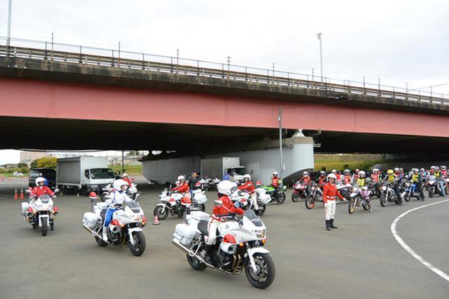 画像: 1都4県警察の女性白バイ隊員が共同で安全運転指導。参加者にとっても貴重な機会といえる