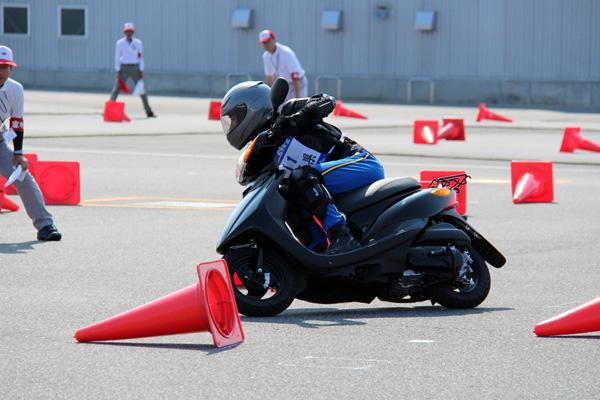 画像: 的確なハンドル操作と重心移動が要求される「スラローム」(高校生等クラス)