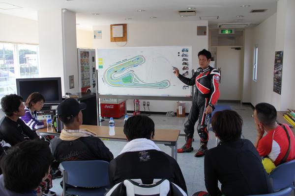 画像: 講習会で説明する生見さん。初心者向けAクラスには1日に2回、講習会が開かれる