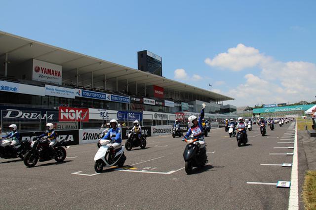画像: 各都道府県の4選手が横一列に並び国際レーシングコースを走行する記念パレード