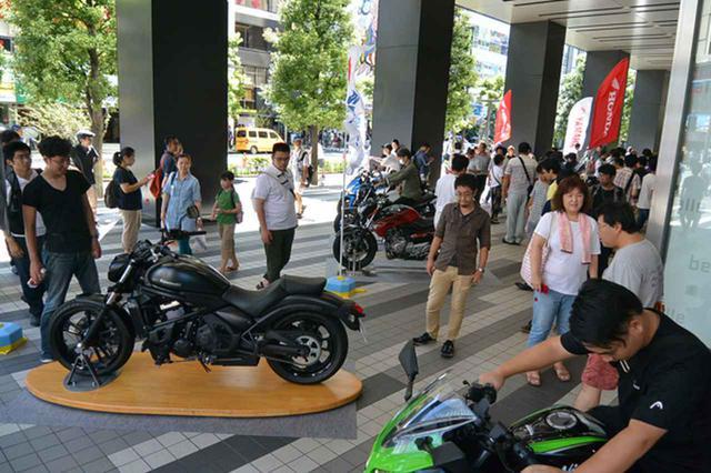 画像: 展示された二輪車には多くの来場者がまたがったり撮影する光景がみられた