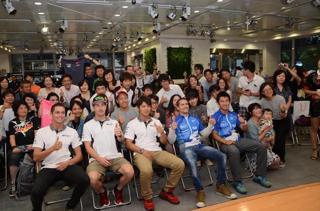 画像: イベントの最後には訪れたファン達と記念撮影