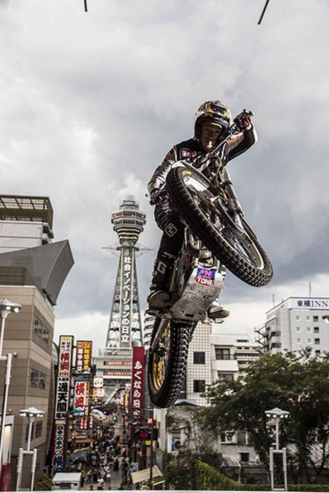 画像: 通天閣を背景にジャンプを見せる藤原選手
