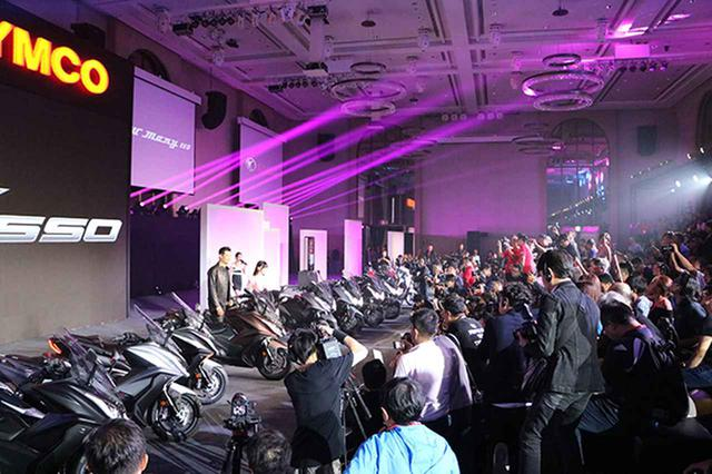 画像: 「心。移動趨勢」という会のコンセプト通り、客席までが動く大仕掛けの会場