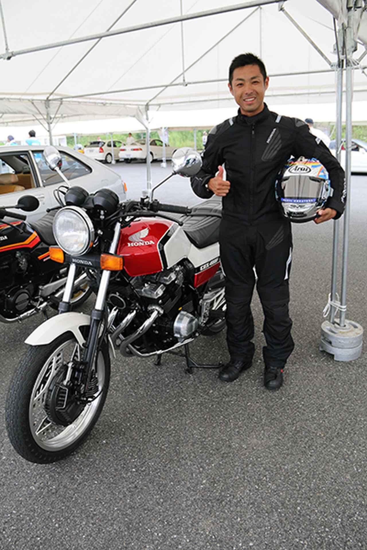 画像: 「CBX400F」(81年)に試乗し笑顔の高橋裕紀選手