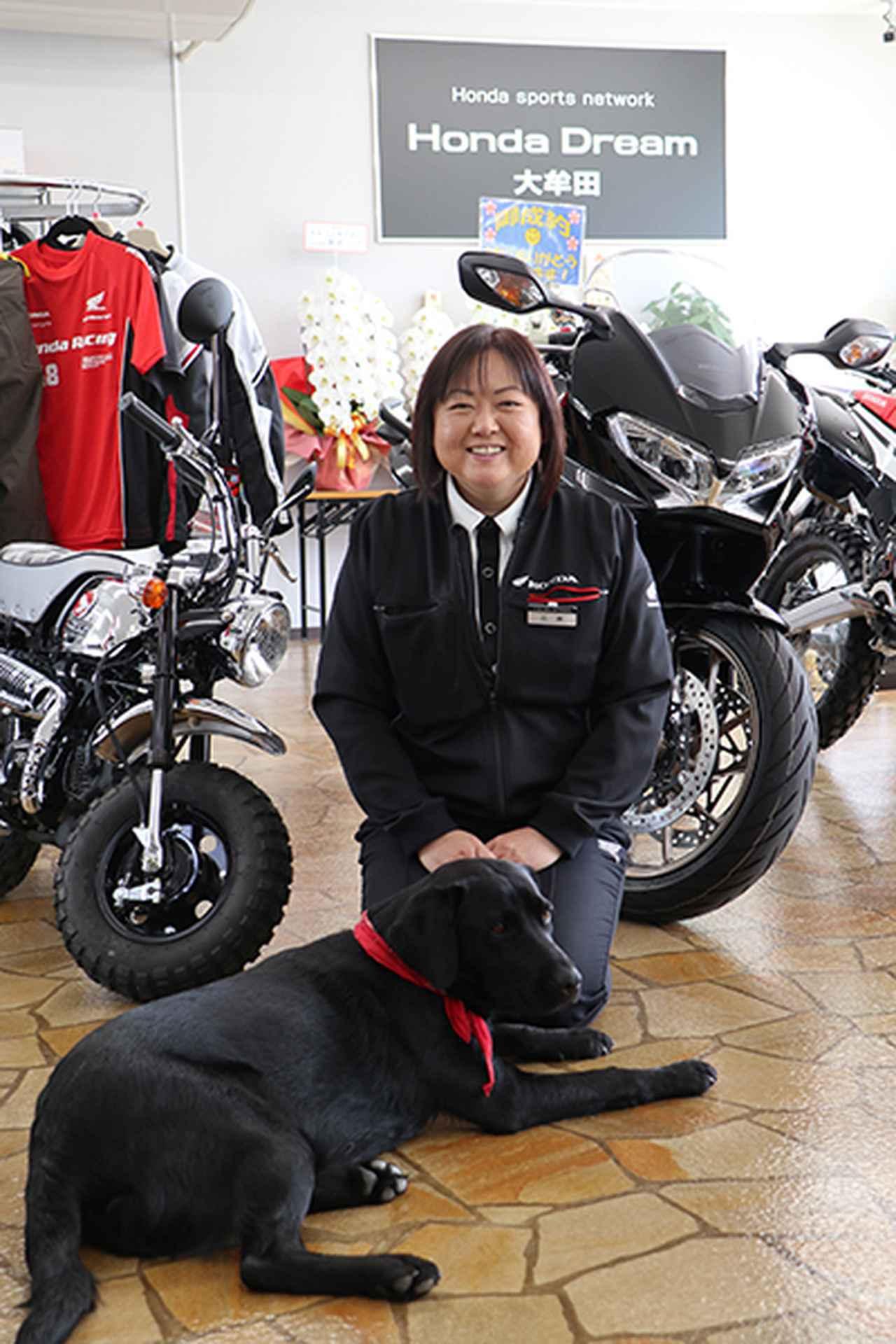 画像: ペット好きな千賀子さん。店の看板犬ビンゴ(ラブラド―ルレトリバー)と