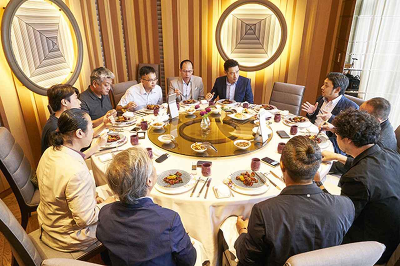 画像: 日本のメディア・インタビューに応じるコウ会長(正面)と王社長(正面左)