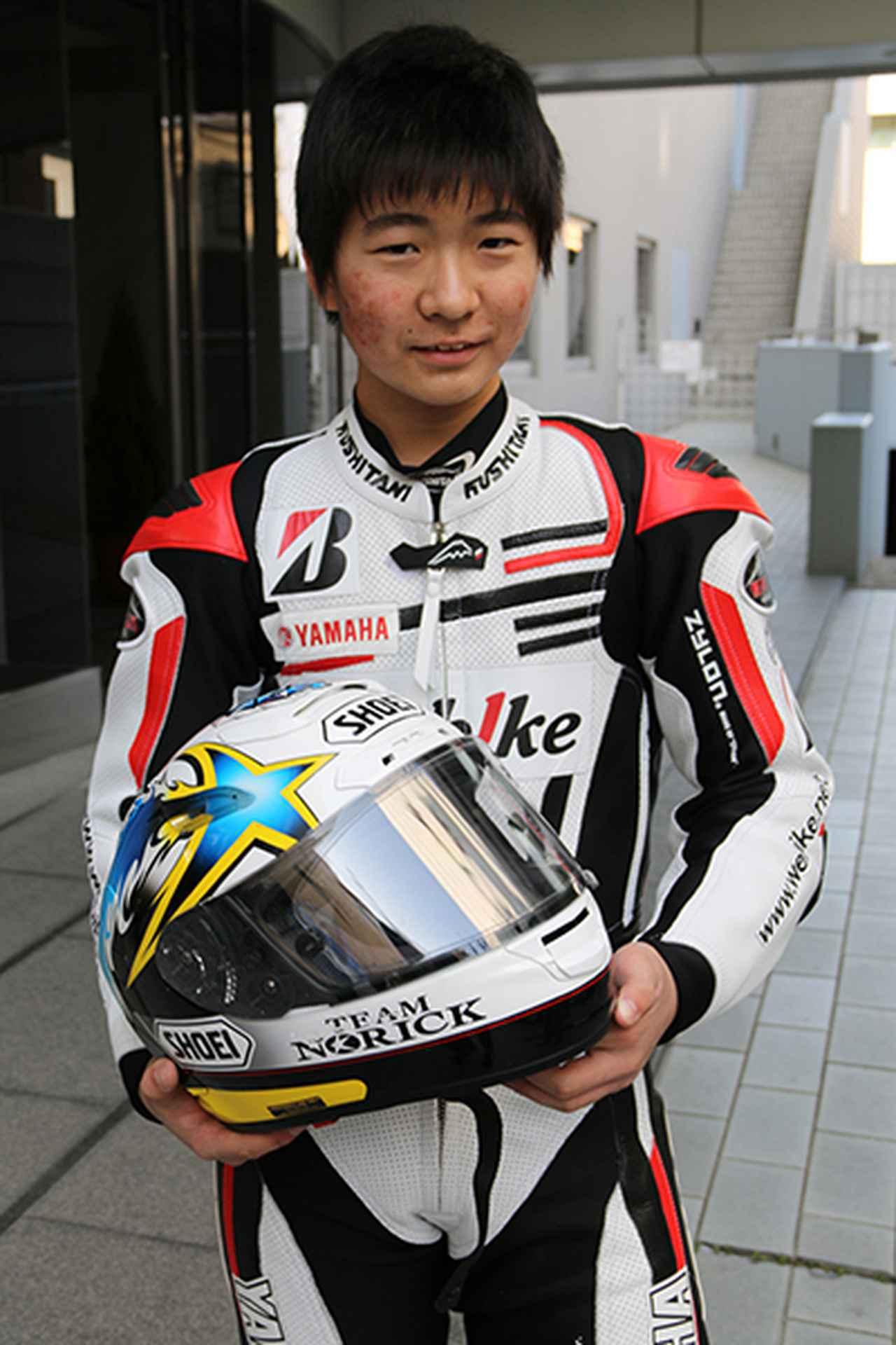 画像: レース活動を開始する阿部真生騎選手。手にするヘルメットは父親のモデルとなるノリックレプリカ