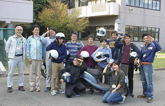 画像: 参加した生徒や教諭、二輪車販売店で記念撮影