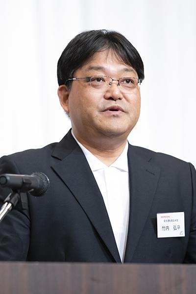 画像: 開会式で主催者を代表してあいさつする竹内大会会長