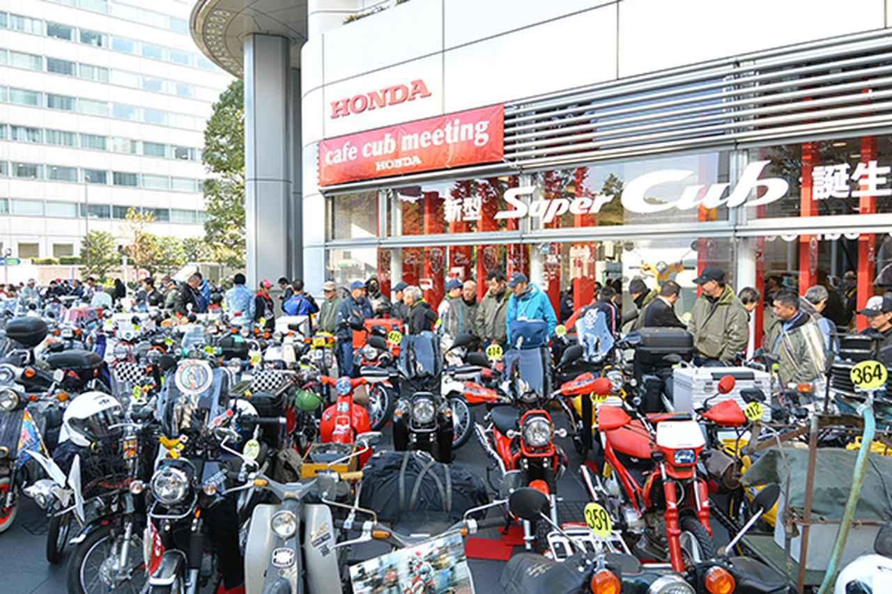 画像: ホンダ本社前には多数の個性あふれるスーパーカブが並んだ