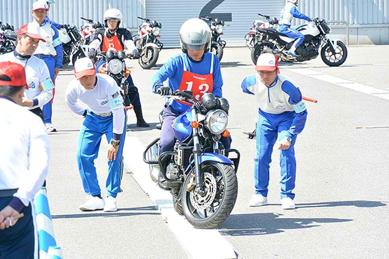 画像: 普通二輪部門総合優勝の関村選手(一本橋)
