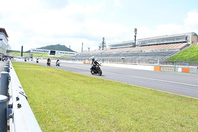画像: コースを愛車で走る参加者。タンデムも多数参加