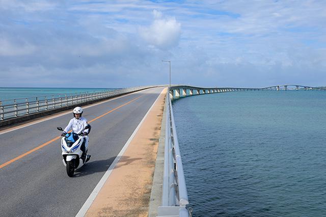 画像: 伊良部大橋を渡るPCXエレクトリック。電動バイクで島内を巡り、宮古島の自然を五感で体感することができる