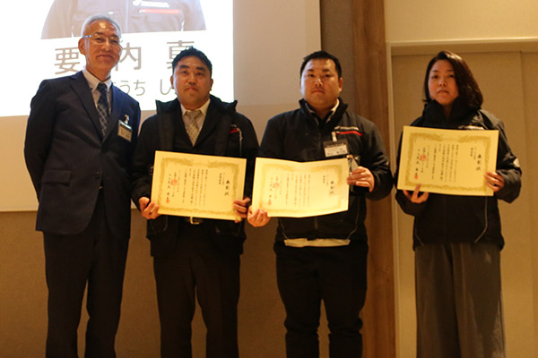 画像: サービス部門(HMSE1-2級)表彰。左より足立会長、最優秀賞の峯聖人さん、優秀賞の高阪健二さん、優良賞の山根英治さん