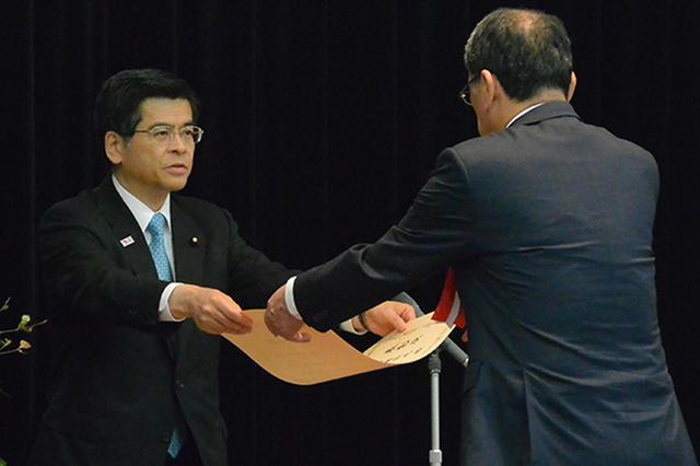 画像: 大臣表彰は石井啓一大臣(左)から各部門の受賞者代表に手渡された