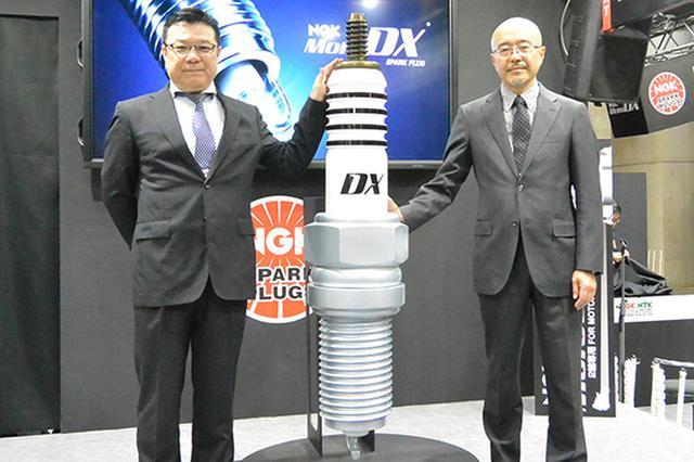 画像: 「NGK MoToDX」発表会では、日本特殊陶業から松井取締役常務執行役員(右)、鈴木自動車営業本部市販技術サービス部部長が出席(3月22日・東京モーターサイクルショーのNGKブースで)