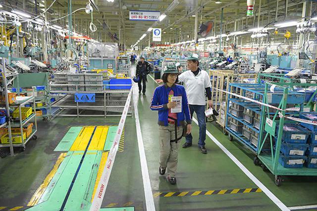 画像2: 工場見学でラインやエンジン分解作業に見入る来場者