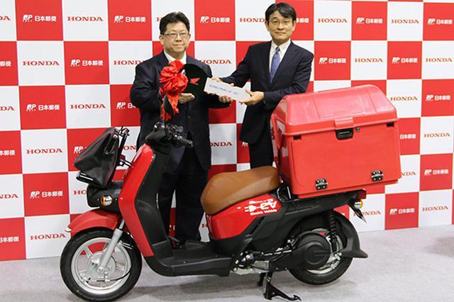 画像: ホンダの安部本部長(右)から日本郵便の上尾崎執行役員にベンリィ イーのカギが手渡された