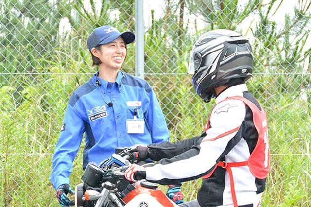画像: 元全日本モトクロス選手権レディスクラスのトップライダー・伊集院忍さん(写真左側)も平成生まれのYRAインストラクター