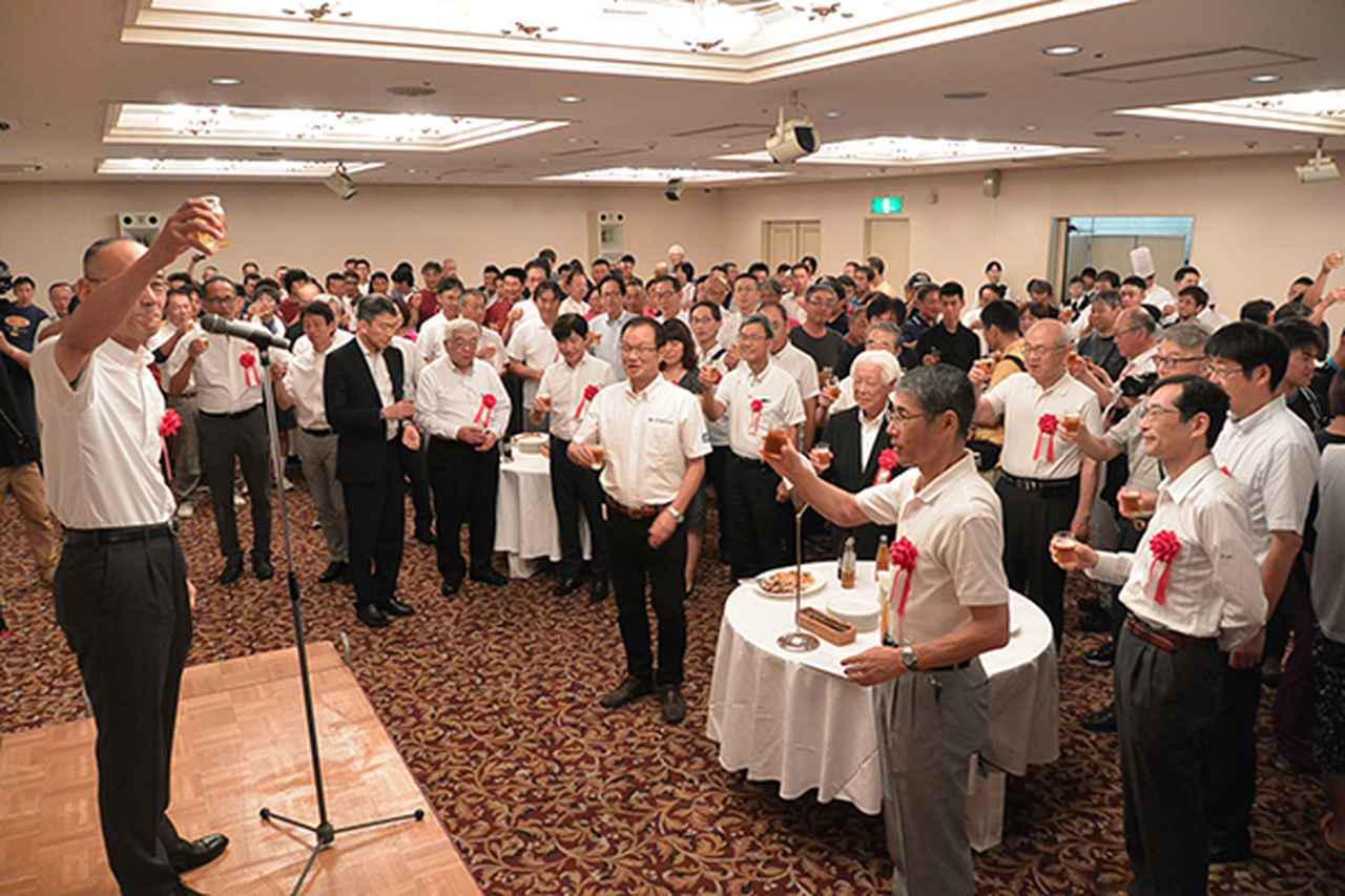 画像: 日髙二特委員長の発声で乾杯