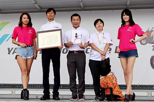画像: ナイスライド募金の贈呈式。感謝状を手にする石井社長(左から2人目)