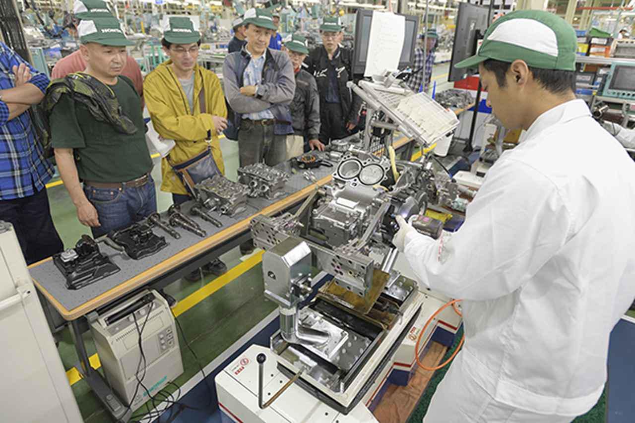 画像1: 工場見学でラインやエンジン分解作業に見入る来場者
