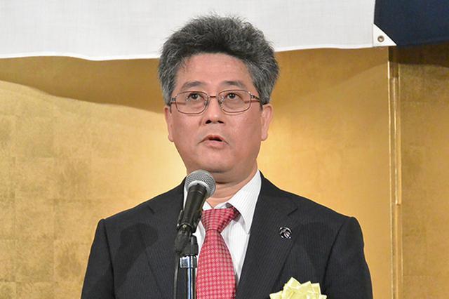 画像: 受賞祝賀会で受賞者を称える国交省自動車局の江坂次長