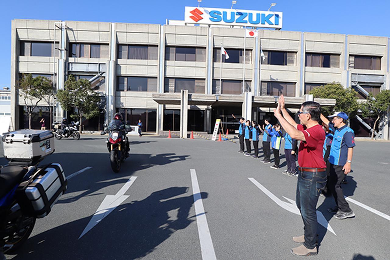 画像: イベント終了後、参加者を見送るスズキの鈴木社長ら