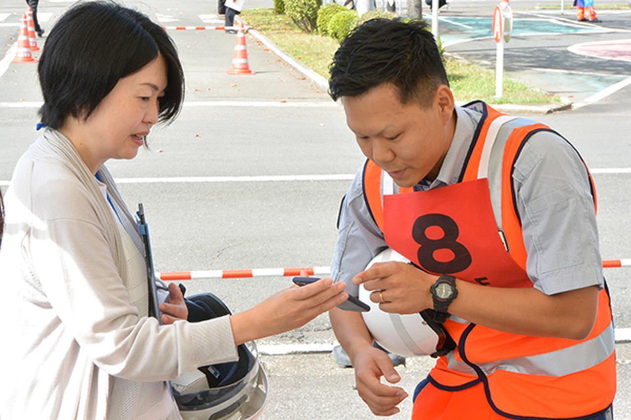 画像: 救援作業にあたり、スマホで登録できるJAFデジタル会員証を確認する
