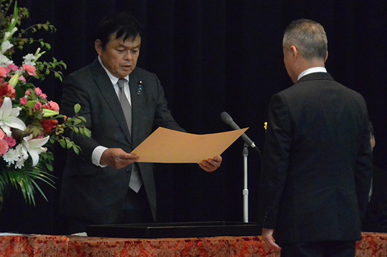画像: 赤羽大臣(左)から各分野の受賞者代表に表彰状が手渡された
