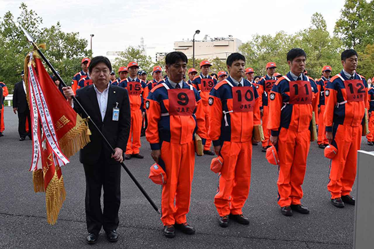 画像: 総合優勝をした関東本部の脇畑事務局長(左端)と4名の選手