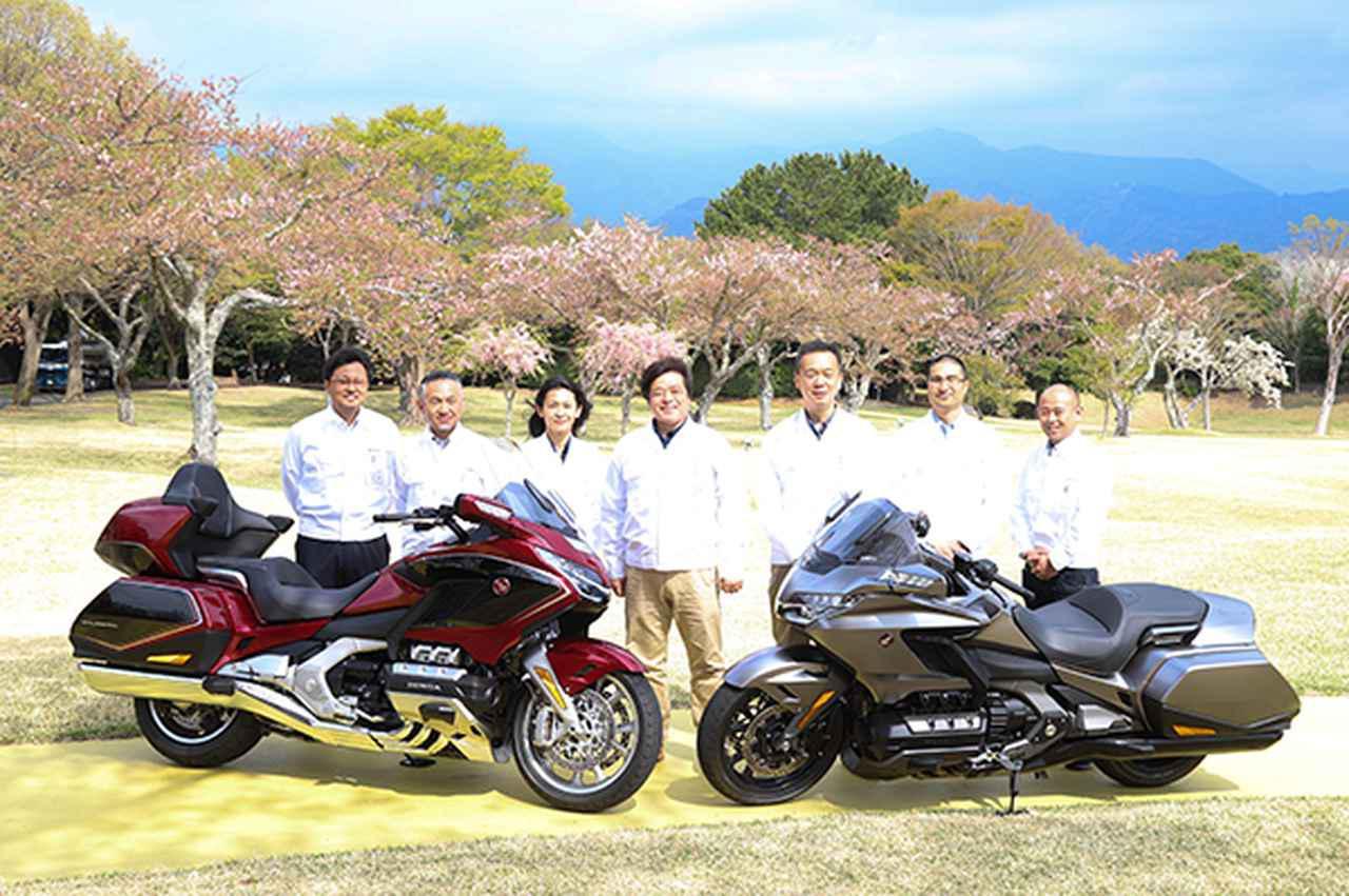 画像: ゴールドウイングツアーDCTエアバッグ㊧、ゴールドウイング㊨と開発陣の皆さん。開発責任者を務めた中西さん(中央)は「乗った人が笑顔になるバイクを目指した」と話してくれました