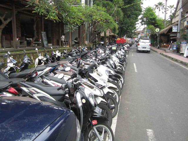 画像2: バリ島のバイク駐車事情