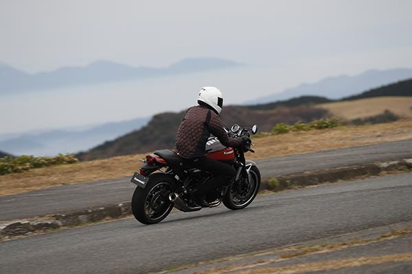画像: オートポリスの外周路の先は山の合間に雲海。またとない景色を時折見つつ、Z900RSのハンドリング、サウンドを味わうのは至福でありました。のんびり走ってもいいバイクです